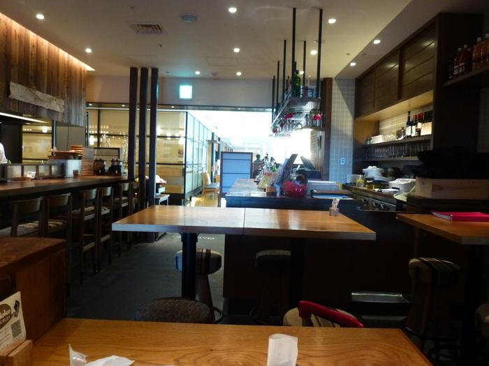 """丸ビルにある「Daedoko(ダエドコ)」は、山形食材を使った郷土料理とイタリアンがいただけるお店。店名は、山形の方言で""""台所""""という意味。カウンターとテーブル席の店内は、ランチタイムになると近くで働くビジネスマンやOLさんで毎日にぎわっています。"""