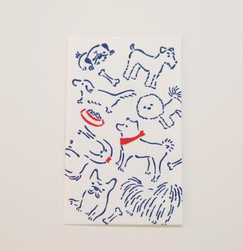 活版ぽち袋は絵柄の種類が豊富。日本らしさを前面に出したものから、ほっこり楽しい気持ちになるものまで可愛いポチ袋が揃っています。こちらは戌年にぴったりの新作。チワワやダックスフントなど、たくさんの犬たちが楽しそうに描かれています。
