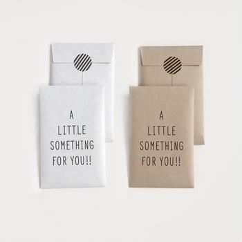 紙モノメインのブランド、KNOOPが作るポチ袋は一言で言えばとてもおしゃれ。表に入った【A LITTLE SOMETHING FOR YOU!!】のメッセージの通り「ちょっとした贈り物」にぴったりなポチ袋です。