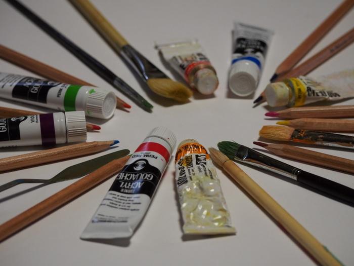 着色の際、むらなくきれいに塗りたい場合は絵の具にあまり水を混ぜないようにします。水を多めに混ぜる場合は、乾かしてからもう一度塗る2度塗りをするときれいに仕上がります。
