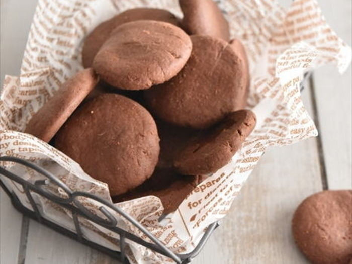 材料はホットケーキミックスと板チョコのふたつだけ!材料がシンプルな分、自分好みの板チョコを使えば、その味わいをぐっと引き出してくれるクッキーです。チョコペンなどを使って、かわいくデコるのもオススメ♪