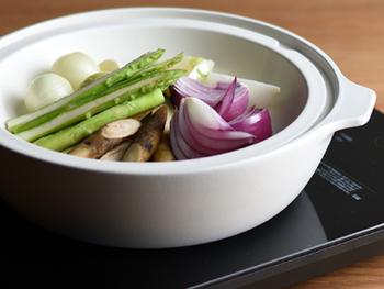 ポットローストとは、牛肉や豚肉などのブロック肉を鍋で蒸し焼きにした料理のことでお野菜も一緒に入れて作るのが一般的。お野菜にお肉の旨味がたっぷりしみ込んで美味しいポットロースト。ストウブなどで作るのが知られていますが、土鍋などでも簡単に美味しくできちゃいますよ。美味しくて見栄えもいいポットローストのレシピは覚えておくときっと役に立つはずです。