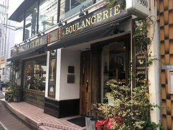 自由が丘駅より徒歩3分 九品仏川緑道沿いにたたずむ「パティスリー・パリセヴェイユ」。2003年に開店以来、パリで製菓の経験を持つパティシエによる、ケーキを中心としたおいしいフランス菓子が買える事で人気のお店です。