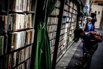 東京の中心に位置する千代田区にある本の街「神保町」。音楽系・建築系・果ては猫本専門書まで…約180の古書店が点在し幅広いジャンルの本に出会える事から、世界最大の本の街とも言われています。
