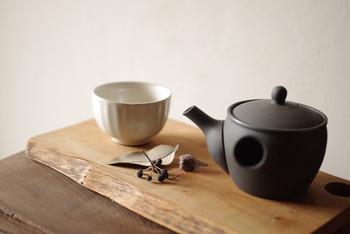 万古焼のそぎ碗は柔らかな質感と色合いが素敵。手に包み込めるようなシルエットも魅力です。