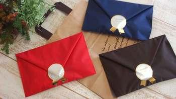 ハンカチやミニタオなど薄手の物を包む時は、簡易な包装紙でもお手紙風に包んでみるのはいかがでしょうか?プレゼント感が出過ぎないので、贈られる側も気兼ねなく受け取る事ができますね。