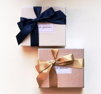 シンプルな箱でも、光沢感のある太目のリボンを合わせてアクセントをつければ、高級感を演出できます。贈り物に合わせてリボンの素材を替えてみるのも楽しいですね。
