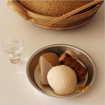 1945年創業の、日所生活に使いやすい道具がそろう荒物問屋「松野屋」の「アルマイトパイ皿」。名前の通りに実際にパイを焼ける軽量のお皿は、見た目も素朴でおでんの取り皿にピッタリ。