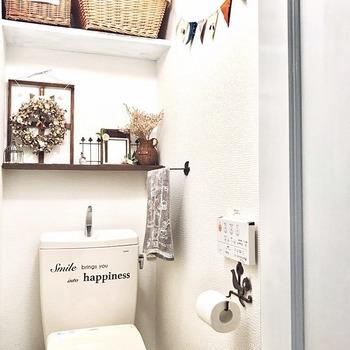 トイレの上スペースに壁掛け収納を設置して、かごを使ってトイレットペーパーや細々としたものを収納しても◎。 アンティークなペーパーホルダー、ドライフラワーのリースやお花、ガーランドなど、ナチュラルな小物使いも上手です。