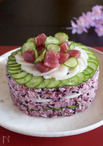 炊いた黒米にお酢を混ぜると、たちまち鮮やかな赤紫色に!そんな色のマジックを楽しみながら作る、アントシアニンたっぷりのヘルシーちらし寿司。きゅうりの爽やかな緑、マグロの赤、レンコンの白が見事に調和します。