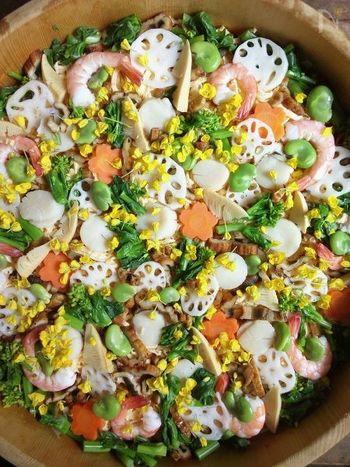 生ものを使わない京都のちらし寿司をアレンジ。菜の花を散らして、季節感いっぱいに♪春の訪れに心踊るひな膳になりそうです。煮ホタテや焼き穴子、海老なども入って、多彩な味が楽しめます。