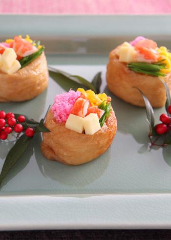 いなり寿司が、具材たっぷりのスペシャルバージョンに。海老やチーズ、卵、桜でんぶなどを彩りよくトッピングします。お揚げのジューシーさが加わって、ちょっとしっかりめの味つけのちらし寿司に。