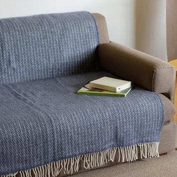 大きめのブランケットは、ソファーカバーとしても使えます。寒い時はそのまま羽織ってストールにしてもGOOD◎。