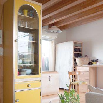 黄色の食器棚がレトロで可愛い♪個性的なインテリアにしたい人は、参考にしてくださいね!