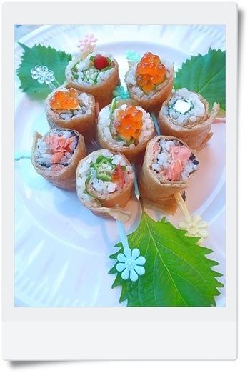 お揚げの上下を切って平らにし、ご飯や好きな具をのせて、くるくる巻いたちらし寿司。お揚げは、こんなふうに海苔の代わりにもなるんですね。クリームチーズなどを使うのもおすすめだとか。