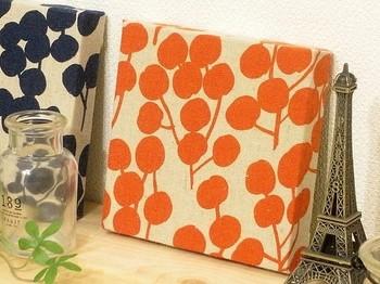 はじめてオレンジを取り入れるときには、パネルなどから取り入れてみてはいかがでしょうか?お部屋が、パッと明るい雰囲気になりますよ!