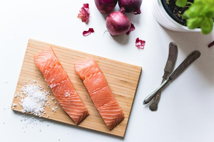 魚は低脂肪、高たんぱくでカルシウムも豊富、女性の味方をしてくれるうれしい栄養たっぷりの食材です。普段からよく召し上がっていますか?  塩焼きくらいしかしない…という方には、ぜひ覚えてほしい調理法が、煮つけ。ふっくらと煮あがった身を箸でほぐし、白いご飯と一緒にいただくと、なつかしい味と香りにほっと心がほぐれます。 魚料理のレパートリーが増えれば、もっと食卓にのぼる機会も増えるかもしれません。