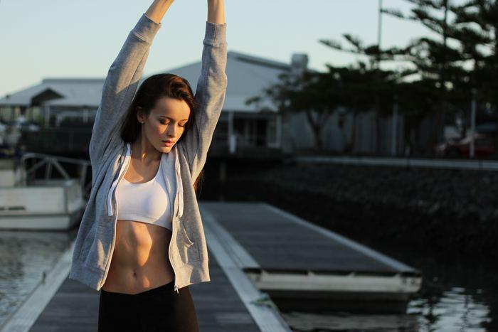 姿勢が崩れやすい人は、身体を支える筋肉が弱い人も多いんです。「みぞおち」や「お尻の穴」に意識的に力を入れて生活することで、少しづつ正しい姿勢を取るための筋肉がついていきます。