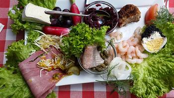 色々な具材を用意してみんなでワイワイ食べるところは日本の〈手巻き寿司〉と通じるところがありますね。