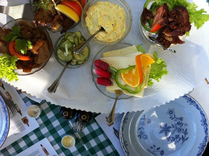 トマト、卵、チキン、チーズ、ラディッシュ、ピクルス、ルッコラ、アボカド、レッドオニオン…たくさんの食材を揃えて、どれを乗せるかワクワクしながら♪