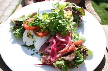 パンが見えなくなるほど野菜をたっぷり乗せるのもおすすめ。ゆで卵やハムも乗せて、サラダ感覚でいただけます。