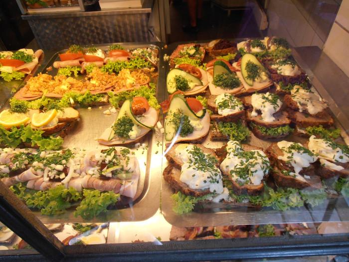 デンマークのデリには豊富なラインナップのスモーブローが♪全部食べてみたくなりますね。
