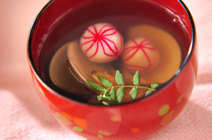 ひな膳は、主役のちらし寿司を引き立てるサイドメニューも大切。こちらは、定番のはまぐりのお吸い物に、美しい鞠麩が入っています。女の子のお祭りらしい華やかさですね♪