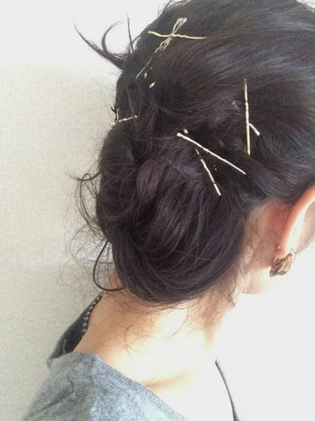 サイドでおだんごヘアをつくり、ゴールドのアメピンをランダムに。 後ろ姿も寂しくならず思わず注目してしまうスタイルに。