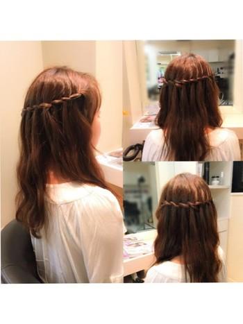 ウォーターフォールは少しテクニックを必要。前から後頭部に向かって頭の周りを囲むように編み込んでいくヘスタイルで、海外のおしゃれ女子から人気に火がつきました。編み込んだ髪がまるで滝(Waterfall)のようなので、ウォーターフォールと呼ばれています。