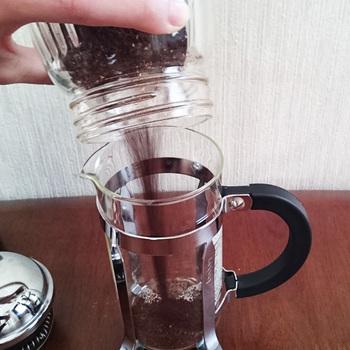 まずはコーヒーの粉を入れます。もちろん慣れてきたら、お好みに合わせて量を調節してみてくださいね。