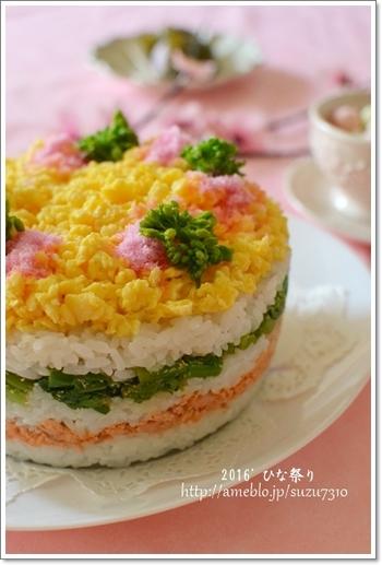 ケーキの型を使って、デコレーションちらし寿司はいかが?テーブルにパッと花が咲いたよう。みんなの歓声が聞こえそうですね♪錦糸卵ではなく、あえて炒り卵にして、ふんわりと春らしいイメージに。型は、底が抜けるタイプのものを使用してください。