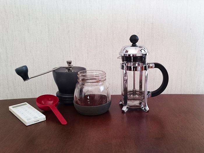 【準備するもの】 ■道具 ・コーヒープレス(「フレンチプレス」とも呼ばれます) ・タイマー  ■材料 ・コーヒーの粉:350mlのプレス容量に対して16g、500mlのプレス容量に対して25g (豆の挽き方は「中挽き~粗挽き」、炒り具合は「中炒り~深炒り」で用意した粉がおすすめです) ・熱湯