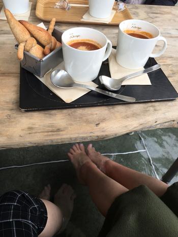 お店の人気は足湯を楽しめるテラス席。目の前に広がる箱根の自然を楽しみつつ、風に吹かれて足湯につかっていると、心までほっこりできそうです。