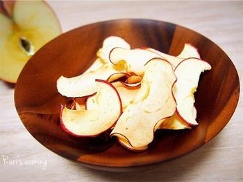 りんご一つでこんなに美味しい!薄くスライスしてオーブンで焼くだけ!たくさん作って、ダイエット中の小腹充しにも♪
