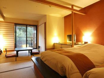 全部で158室もある大きなお宿には、ファミリーからカップルまで幅広いタイプのお部屋があります。和のほっこりした雰囲気を楽しめる畳のお部屋に、ベッドが備わった和洋室はおしゃれで人気。