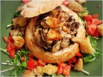 牡蠣とオリーブオイル、ニンニク、塩だけでシンプルに。旨味がパンに染み込んで美味しい!下にひく野菜もポイントです。