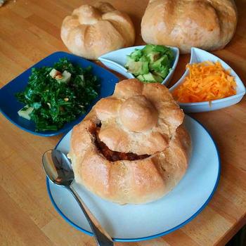 ブレッドボウルとは、パンを器にして中に具を詰める料理です。丸いパンの中身をくり抜いて、そこに色々な具を入れます。