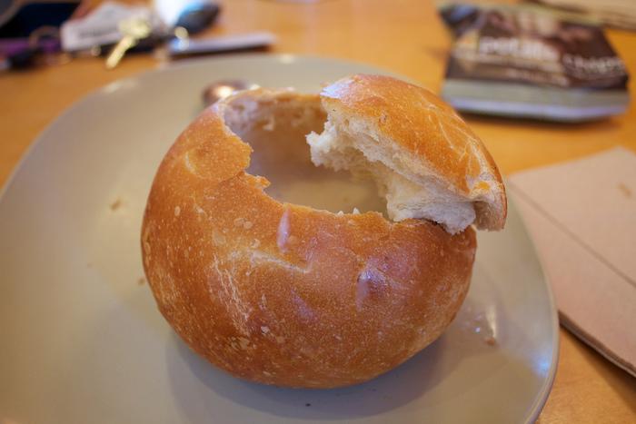 パンの上部をふたのように切り取ったら、中身をくり抜きます。具材が流れ出ないように、底に穴をあけないように気をつけてください。
