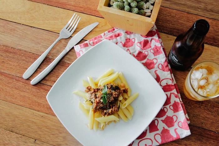 ペンネやリボンのパスタをミートソースと一緒にブレッドボウルの中へ。大満足の一品です。チーズをかけるのを忘れずに♪