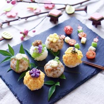 ひな祭りにふさわしい桃色、黄緑色などを取り入れながら、小さな手鞠寿司に。添えたピンチョスも、ほんとうに可愛らしい♪黒のスレート皿は、おしゃれな和食膳に欠かせませんね。