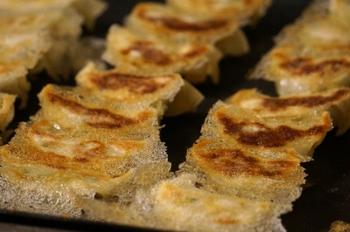 焼き餃子を羽根つきにするなら、お水に小麦粉をといたものを入れればOK。よりパリパリ感を出したい場合は米粉を入れるのもおすすめです。