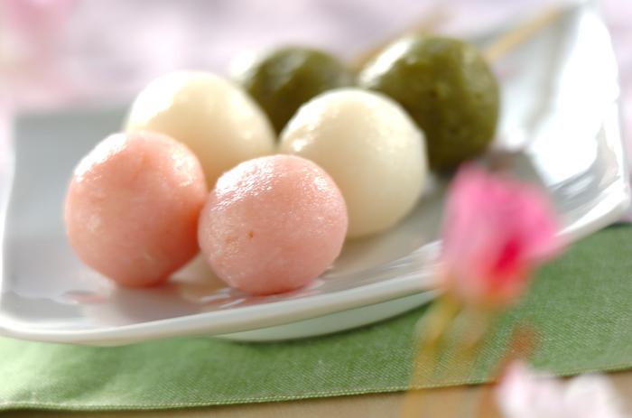 4月の花見シーズンに欠かせないお花見団子。白玉粉を丸め、ゆでて作るだけの簡単レシピなのでたくさん作って桜の下で食べる団子も風情がありますね。