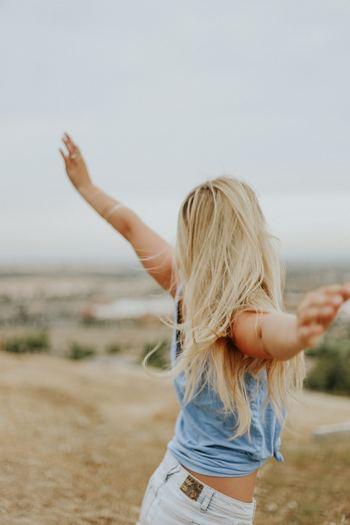 """では具体的に""""自然体な人""""に近づくためには、まず自分を解き放つことを習慣づけましょう。 例えば、○○でなければいけない、○○をしなくてはいけない…そんな風に切羽詰った状況になったとき、きっとあなたは気づかず無理をしてしまうことになります。一度深呼吸して、頭の中をクリアにするのを習慣にして。心を穏やかに保つように意識するのです。"""