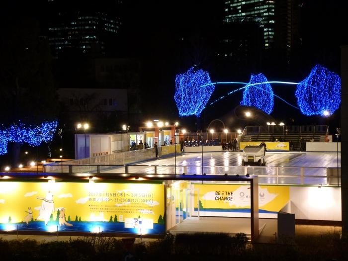 営業時間は11:00~22:00。17:00からはイルミネーションも点灯し、とてもロマンティックな雰囲気でデートにもぴったり。アイススケート前後は、「東京ミッドタウン」や「六本木ヒルズ」でショッピングや食事をしたり、「森美術館」や「国立新美術館」に出かけるのもおすすめです。