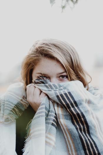 冬に心地良い温もりを与えてくれる裏起毛素材やフリースは、吸湿速乾性に優れた素材が多いです。厚手でも短時間で乾きやすい素材ですので、冬の洗濯がしやすくておすすめですよ。他にもポリエステルやナイロンが多く含まれた素材は比較的乾きやすいので、活用するのも良いでしょう。
