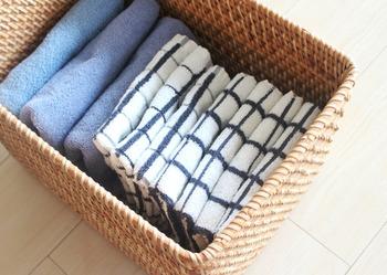 特に暑い夏場になると、タオルは頻繁に使うヘビロテアイテム。だけどタオルって、洗面台や寝室などに収納している方も多いのではないでしょうか?  生活感あふれるアイテムなので、リビングに堂々と置いておくのも気が引けてしまいますよね…。