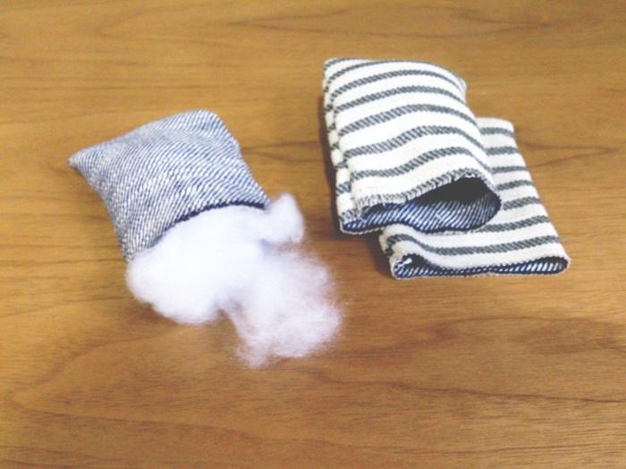 作り方はとっても簡単。四角く裁断した生地を中表で二つ折りにし、上の辺だけあけて縫います。 裏返して、お好きなアロマオイルを垂らした綿を入れます。