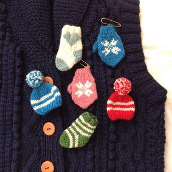 編み物が得意なら、普段編んでるアイテムをミニサイズにしてみてはいかがでしょう。 ピンをつければ、ちょこんと可愛いブローチになります。