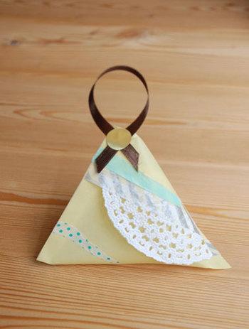 布の袋を手作りするのが難しければ、折り紙で作ることもできます。折り紙を筒状にしてから、両端を互い違いになるように折ればテトラ型になって中にポプリを入れられます。小学生のお子さんでも簡単に作れますよ。