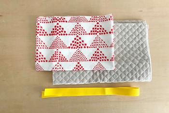 材料は、表布と裏布(キルティング地)、ポケット布、そして持ち手用テープ。初めての方は、持ち手を作るのがたいへん、という場合も多いので、手芸屋さんで売っている持ち手用のテープがおすすめ。